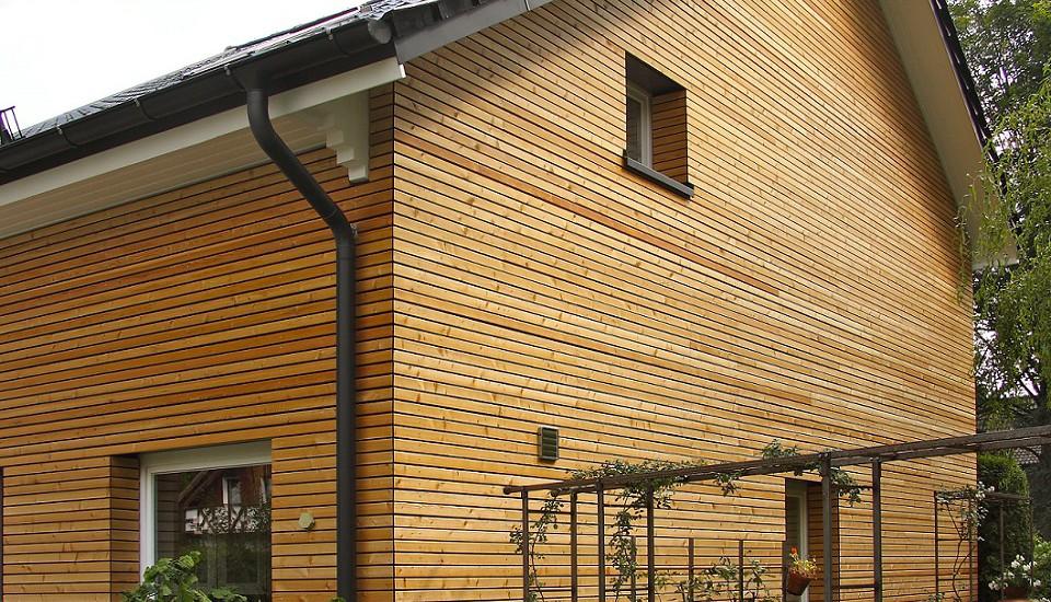 Energetische Sanierung - Fassade mit sibirischer Lärche in Hamburg Sasel